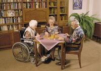 Altenheim - Drei Senioren in einem Altenheim