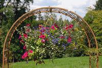 Ampel - Ampel mit Blumen, die an einem Torbogen hängt