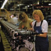 Arbeiterin - Zwei Arbeiterinnen bei der Fabrikarbeit