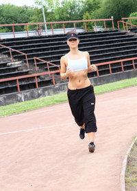 Aschenbahn - Läuferin auf einer Aschenbahn