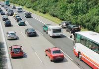 Autobahn - Befahrene dreispurige Autobahn mit Seitenstreifen