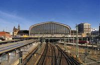 Bahnhof - Bahnhofsgebäude und Gleise