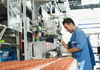 Bedienung - Arbeiter bei der Bedienung einer Maschine