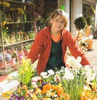 Blumengeschäft - Floristin vor einem Blumengeschäft