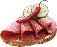 Brotbelag - Mit Salamischeiben, Gurkenscheiben und einer Peperoni belegtes Brot