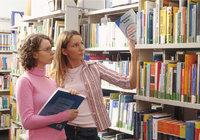 Bücherei - Frauen in einer Bücherei