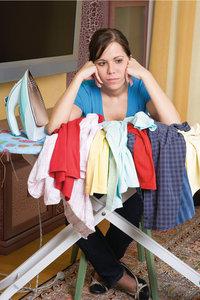 Bügelwäsche - Junge Frau mit Bügelwäsche