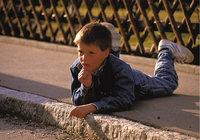 Bürgersteig - Junge auf einem Bürgersteig liegend