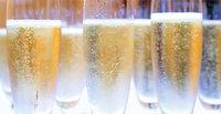 Champagner - Champagner in Champagnergläsern