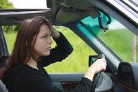 Dach - Fahrerin in einem Auto mit offenem Schiebedach
