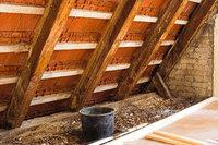 Dachbalken - Blick auf den Dachstuhl: Dachsparren (vom First zum Rand des Daches verlaufend) und Dachbalken (waagerecht verlaufend)