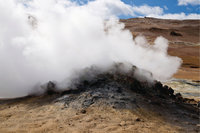 Dampfwolke - Eine Dampfwolke steigt aus einem Vulkan auf