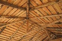 Deckenbalken - Von Deckenbalken getragene Holzdecke