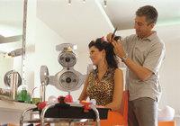 Dienstleistung - Ein Friseur erbringt eine Dienstleistung