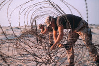 Draht - Soldaten an einem Stacheldrahtverhau