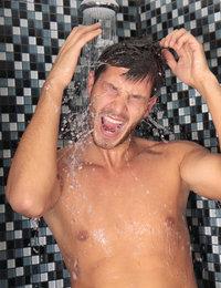 Dusche - Ein Mann nimmt eine Dusche