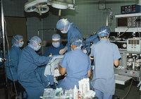 Eingriff - Ärzte bei einem chirurgischen Eingriff
