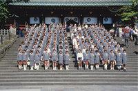 Einheitskleidung - Die Uniform ist eine typische Einheitskleidung. Das Bild zeigt japanische Schüler und Schülerinnen in Schuluniformen.