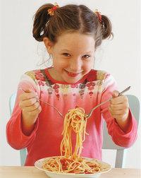 Einnahme - Mädchen bei der Einnahme einer Mahlzeit