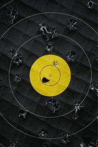 Einschussloch - Einschusslöcher auf einer Zielscheibe