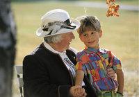 Enkel - Seniorin mit ihrem Enkel