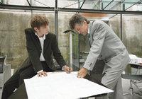 Entwurf - Architekten vor einem Entwurf