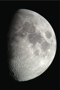 Erdschatten - Durch den Erdschatten ist nur eine Hälfte des Mondes zu sehen.