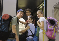 Fahrgast - Jugendliche Fahrgäste beim Einstieg in den Zug