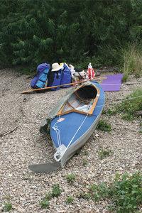 Faltboot - Faltboot mit Gepäck im Hintergrund