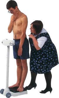 Figur - Frau mit rundlicher Figur und dünner Mann beim Wiegen