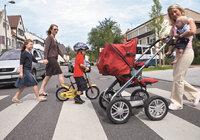Fußgängerin - Fußgängerinnen und Kinder auf einem Zebrastreifen