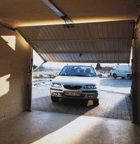 Garagentor - Ein halb geöffnetes Garagentor