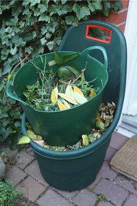 Gartenabfall - Gartenabfall in Plastikbehältern