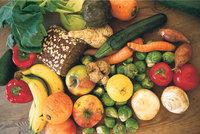 Gartengemüse - um ein Vollkornbrot gruppiertes Gartengemüse