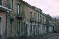 Gebäudeschaden - Häuserreihe mit mehreren beschädigten Gebäuden