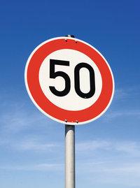 Geschwindigkeitsbeschränkung - Schild, das eine Geschwindigkeitsbeschränkung von 50 km/h vorgibt