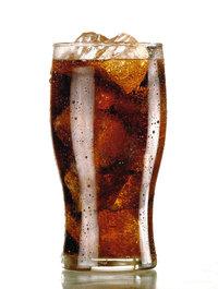 Getränk - Getränk mit Eiswürfeln in einem Glas