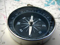 Himmelsrichtung - Kompass, der die Himmelsrichtung anzeigt