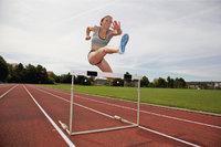 Hindernis - Läuferin beim Überspringen eines Hindernisses