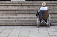 Hindernis - Eine Treppe als Hindernis für einen Rollstuhlfahrer