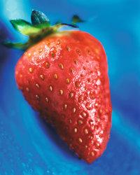 Hintergrund - Erdbeere vor blauem Hintergrund
