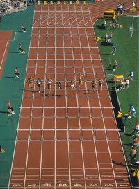 Hürdenlauf - Läufer beim Hürdenlauf auf einem Wettkampf