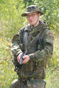 Kampfanzug - Soldat mit Kampfanzug und Waffe