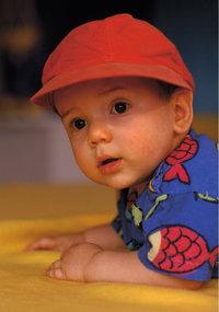 Kappe - Baby mit Kappe auf dem Kopf