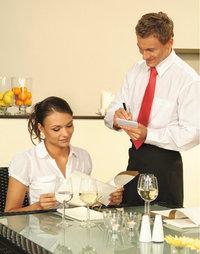 Karte - Frau mit Karte (neben einem Kellner)