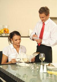 Kellner - Kellner beim Aufnehmen der Bestellung
