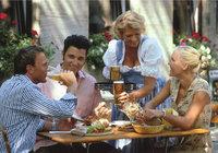 Kellnerin - Kellnerin beim Servieren der Getränke