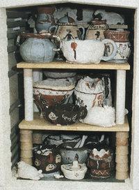 Keramik - Verschiedene Keramikgefäße auf einem Gestell