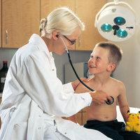 Kinderärztin - Kinderärztin bei der Untersuchung eines Jungen