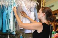 Kleidergeschäft - Kundin in einem Kleidergeschäft